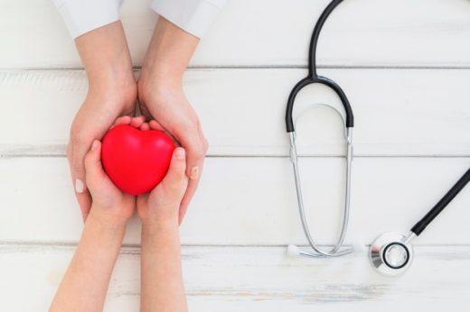 Defibrilator je prenosni aparat, ki rešuje življenje